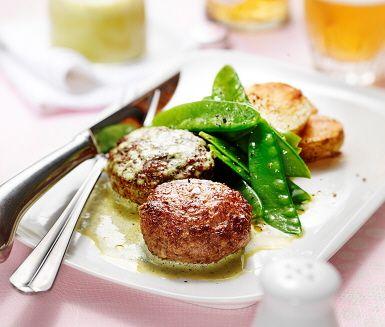 Mustiga biffar av älgfärs med krämig basilikasås. Biffarna serveras med potatis rostad i ugn. Hastigt kokta sockerärtor, eller sugarsnaps, blir en perfekt krispig munsbit till denna rejäla maträtt.