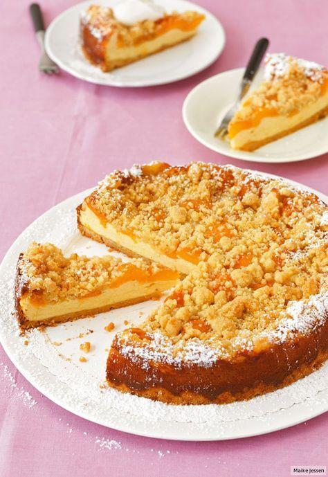 Quark-Creme mit Butter, Zucker und Ei und frische Aprikosen zwischen Streuselteig :) - http://www.essen-und-trinken.de/rezept/396278/aprikosen-kaese-kuchen.html