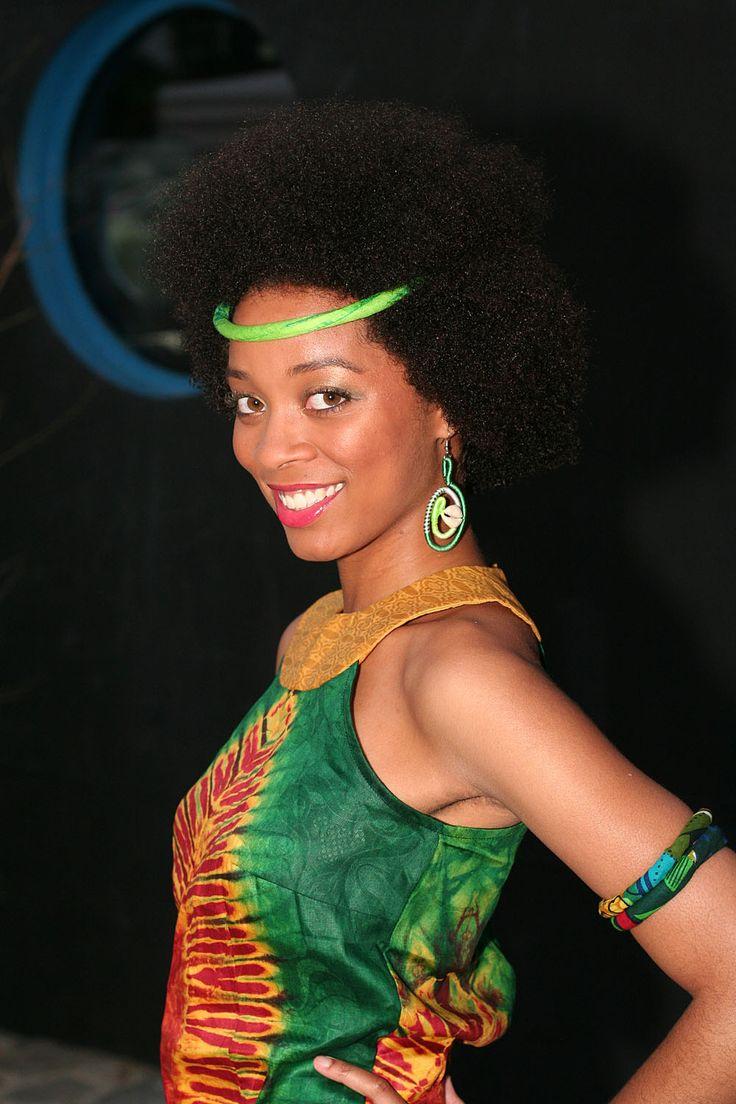 Férouz présente ses collections de mode africaine femmes 2014-2015 toutes-saisons réalisées en hommage à Joséphine BAKER. Le défilé de mode AFRICOULEUR avait lieu dans la cadre d'Arts Connexion Vibes 3, organisé par l'Association Génération Soul Na Biso sur la péniche «Le chat qui pêche» de Pavillon-sous-bois. La musique de Nathalie DURAND et de son groupe …