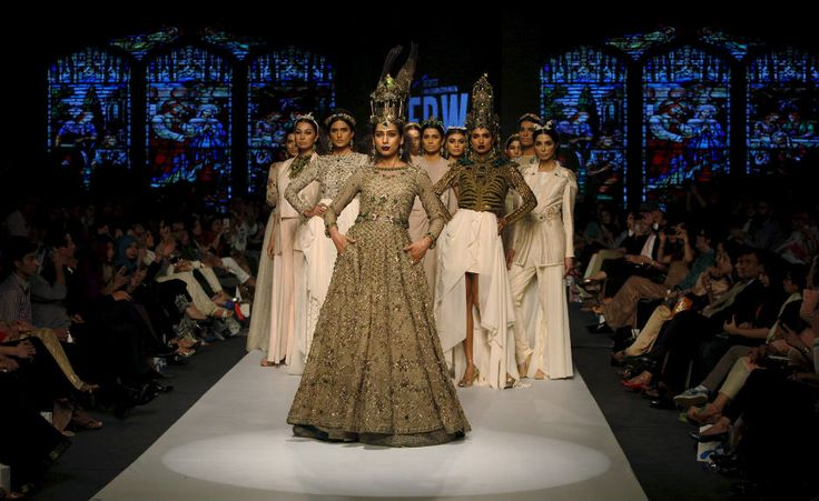 Modelos exhiben creaciones del diseñador paquistaní Fahad Hussayn durante la Semana de la Moda de Pakistán (FPW) en Karachi (Foto: Reuters)