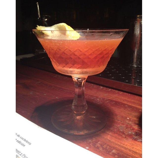 BARES/DRINKS 🍹 A @__chrismenezes__ fez um post para o site do Coletivo Tropical sobre os drinks da família Negroni. Imperdível! Link na Bio do Instagram. #coletivotropical #negroni #drink #mixology #drinking