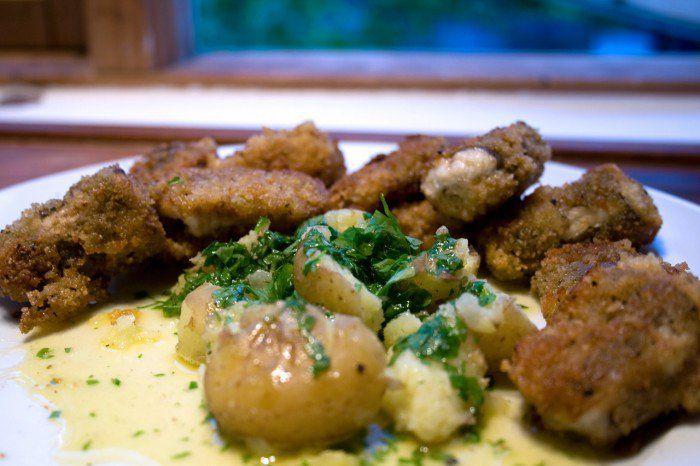 Stegt ål med nye kartofler og persillesmørsovs