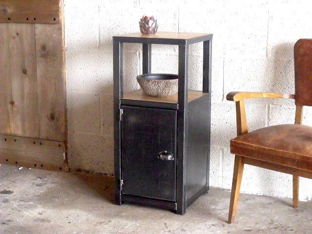 Meuble d'entrée ou table de chevet. Réalisé à la demande et sur mesure. Matériaux: chêne massif et acier.