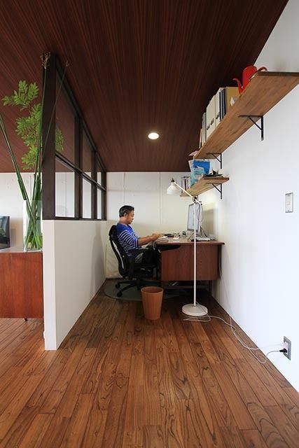 ミッドセンチュリーインテリアが映える、リノベーションマンション。 Separated workspace …