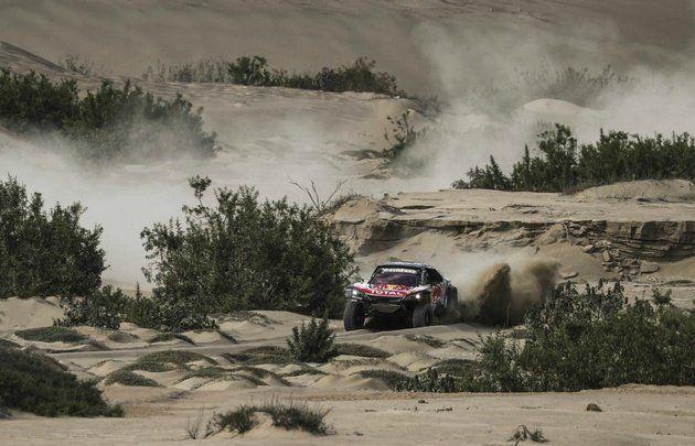 Dakar 2018 | Sainz aceleró en Bolivia y es el nuevo líder de la general  Foto: Cadena3  El español fue el más veloz en la séptima etapa y aprovechó un problema de Peterhansel para subirse a la cima. Lo siguen Al Attiyah y De Villiers pero lejos. El argentino Lucio Álvarez marcha 7º.  El piloto español Carlos Sainz (Peugeot) se hizo este sábado con el triunfo en la séptima etapa del Rally Dakar entre las ciudades bolivianas de La Paz y Uyuni y tomó el control de la clasificación general al…