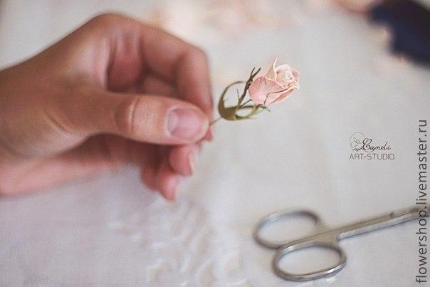 Наша студия подготовила очень подробный мастер-класс по работе с пластичной замшей ( фоамираном) на примере свадебного веночка из бутонов роз. Для изготовления веночка понадобится : Тонкая проволка № 26-28 для бутонов и листьев и проволка потолще для основания веночка. Плоскогубцы с кусачками Тейп лента Фоамиран( пластичная замша) 2-х цветов Горячий пистолет Секундный клей Маникюрные ножницы Молд…