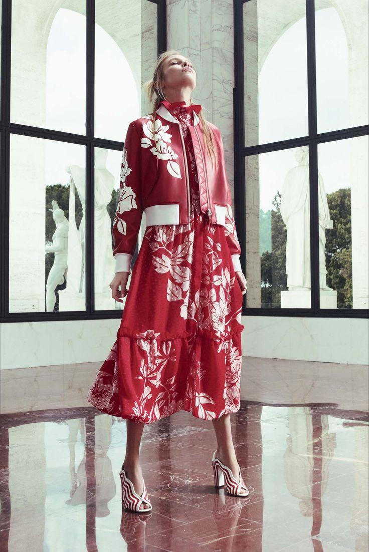 Guarda la sfilata di moda Fendi a Roma e scopri la collezione di abiti e accessori per la stagione Pre-collezioni Primavera Estate 2017.