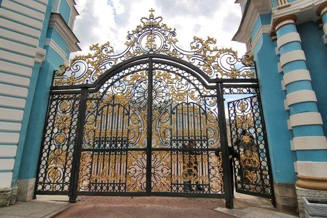 Puerta de entrada al Palacio de Catalina la Grande en Pushkin