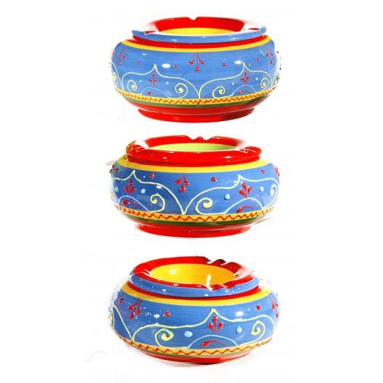 Kleurrijke hippie asbak. Deze gekleurde asbak met beschilderingen heeft een formaat van ongeveer 13,5 cm en is gemaakt van keramiek.