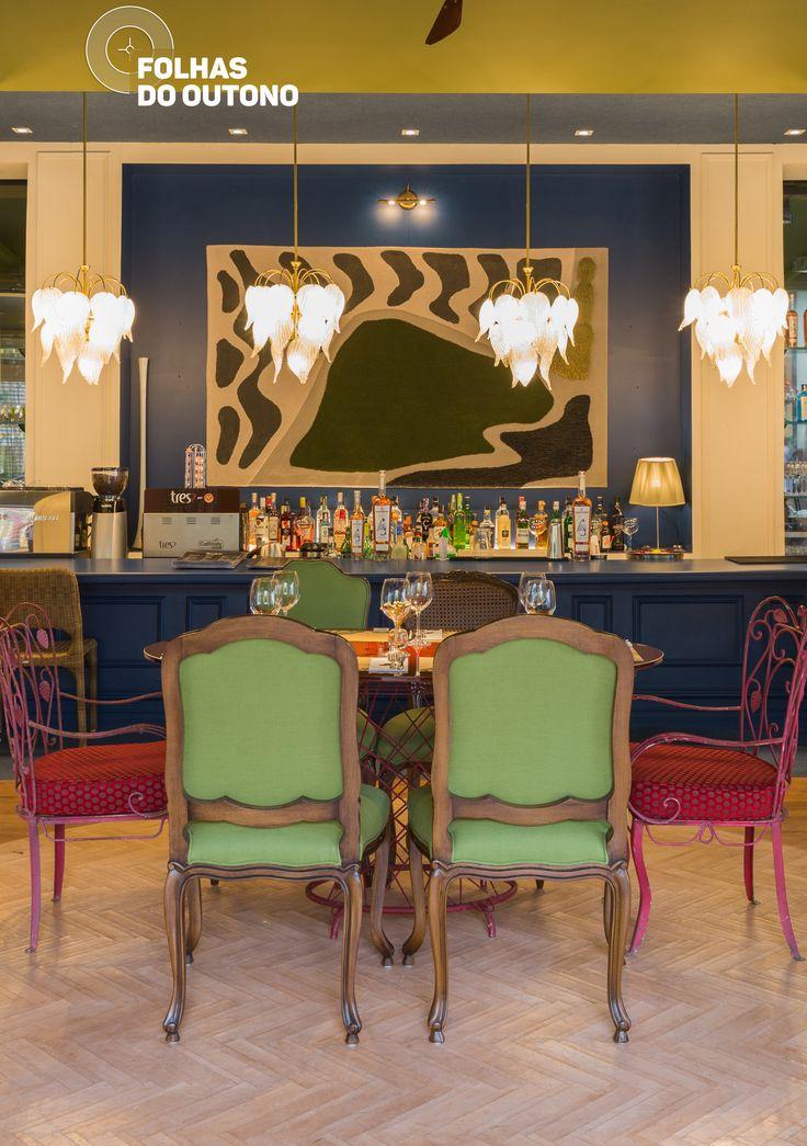 O teto, na cor menta, e a mobília trazem um ar retrô para a Tartuferia, criada pelo arquiteto Gustavo Jansen para a Casa Cor 2017. O toque de modernidade vem com a combinação de materiais e cores fortes na decoração. #Coral #CasaCor2017
