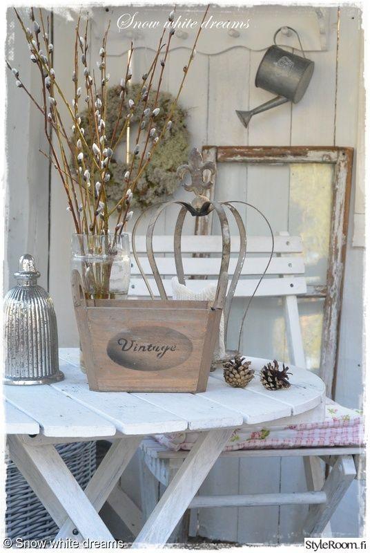 maljakko,koriste-esineet,terassi,yksityiskohtia,pajunkissat