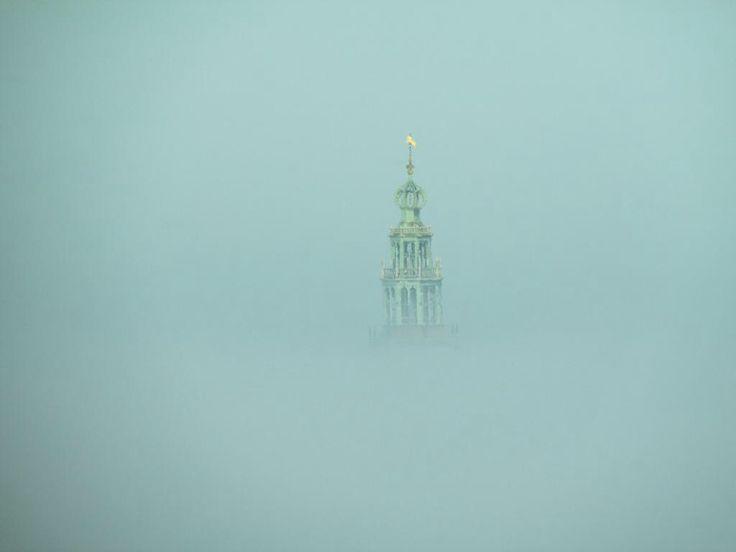 Groningen Martinitoren in de mist.