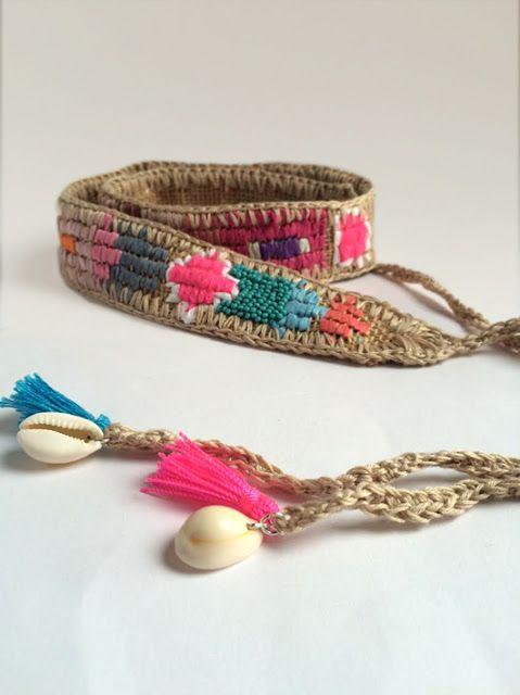 Es un sencillo cinturón de arpillera bordado con rafia de colores y algunas cuentas que hice para mi hija. Es sencillo, rápido de hacer y colorido. Lo primero que hay que hacer es calcular las med