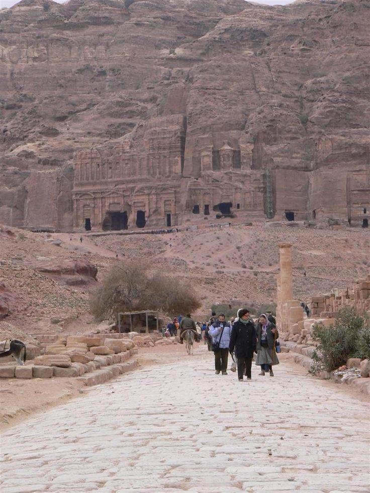 Cardo o Calle columnada. Calzada romana. Petra (Wadi Mousa) - Jordania. Al fondo la Tumbas Reales: Tumba del Palacio, Tumba Corintia, Tumba de la Seda y Tumba de la Urna.