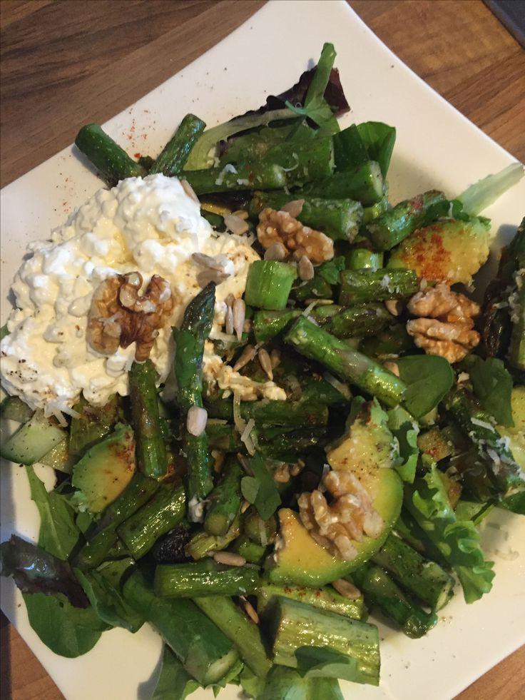 Grüner Spargel Salat Spargel in Olivenöl anbraten. Salz Pfeffer Knoblauch drauf .  Pflücksalat waschen. Avokado in Scheiben . Walnüsse und Hüttenkäse als Topping. Zitronensaft Glatte Petersilie Olivenöl in Kombi mit Agavendicksaft abgeschmeckt. Wer mag noch etwas Parmesan geraspelt😉