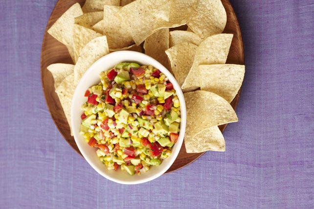 Deux ingrédients vedettes de l'été– le maïs et l'avocat– réunis dans une salsa. Cette trempette populaire se marie parfaitement à des croustilles tortillas craquantes.