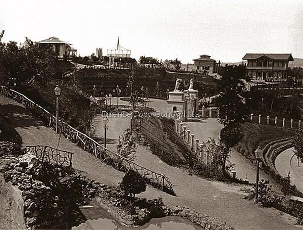 Veduta del Giardini di Tivoli scomparso verso il 1880/90, si vede bene l'entrata. #ConosciFirenze