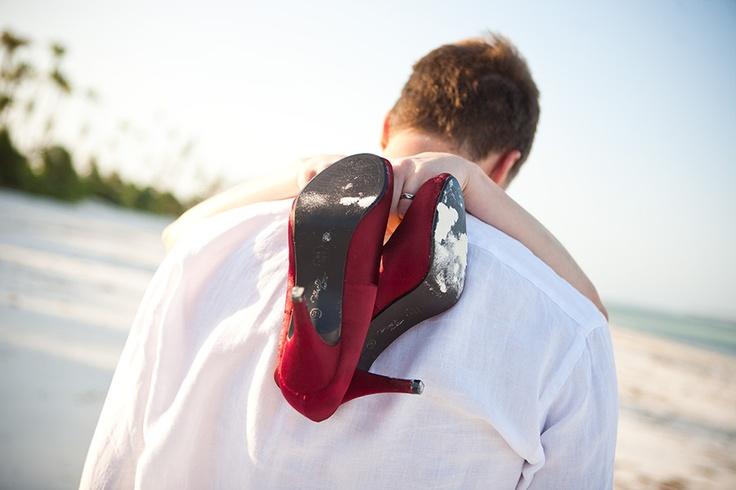 Bruidsschoenen strand, bruiloft Zanzibar, trouwen, huwelijk #bruidsfotograaf #bruidsfotografie Dario Endara