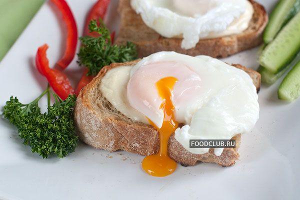 Яйцо, сваренное без скорлупы — классическое блюдо французской кухни. Получается почти как яичница, но но более диетично, поскольку яйца-пашот готовятся без масла и не поджариваются. С тостом из ржаного хлеба и моцареллой получается вкусно, питательно и не слишком тяжело. Чтобы блюдо получились идеально, берите самые свежие яйца и не давайте воде кипеть.