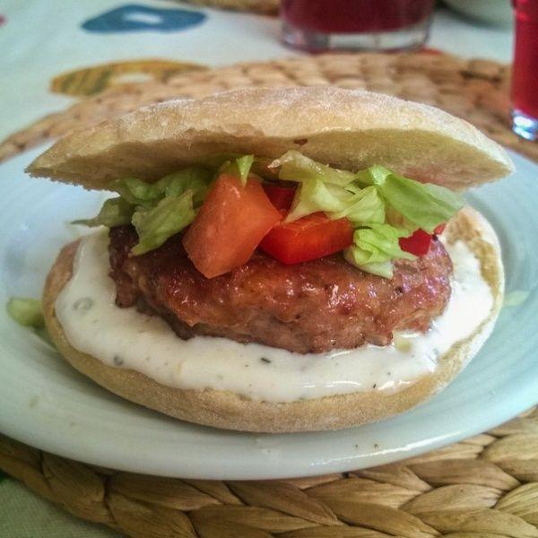 Плескавица — это сэндвич из разных видов мяса, как правило, из говядины и свинины. Подается на круглой булочке или лаваше с перечным соусом и сербскими сливками.