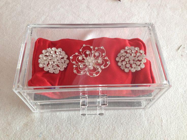 Almofada vermelha - os alfinetes eram a decoração do bolo de casamento e agora ao fim de um ano vou devolve-los