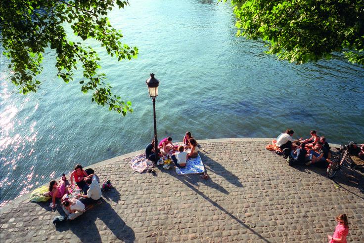 Top 10 picknickplekken Parijs: in het park of aan het water, met een beroemd uitzicht of juist op een onbekend plekje.