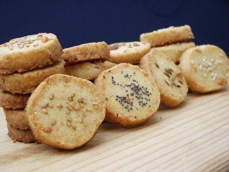 Voici une recette sympa pour préparer soit même ses biscuits apéritifs. C'est très simple, en 2 temps, rapide et très bon. Pour environ 60 pièces Ingrédients : -160g de beurre tempéré -20g de gruyère râpé -1 œuf -1 jaune d'œuf -80g de poudre d'amandes...