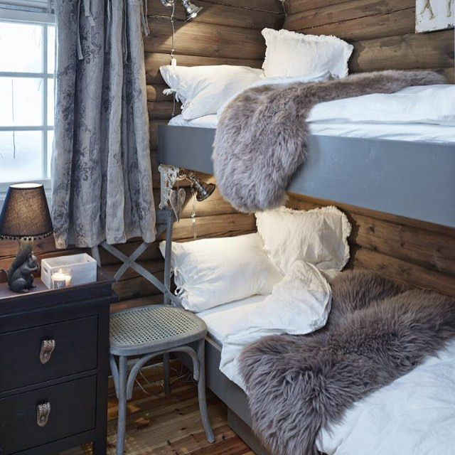 På denne hytta i Trysil lot eierne seg inspirere av naturens farger og materialer da de pusset opp. Colours from the nature was the inspiration for the interior in this cabin. #hytteliv #hyttekos #inspirasjon #hytteinspirasjon #interiør #hyttteinteriør #stue #hyttestue #cabin #cottage #scandinavia #scandinavian #simplelife #simpleliving #nordic #nordicliving