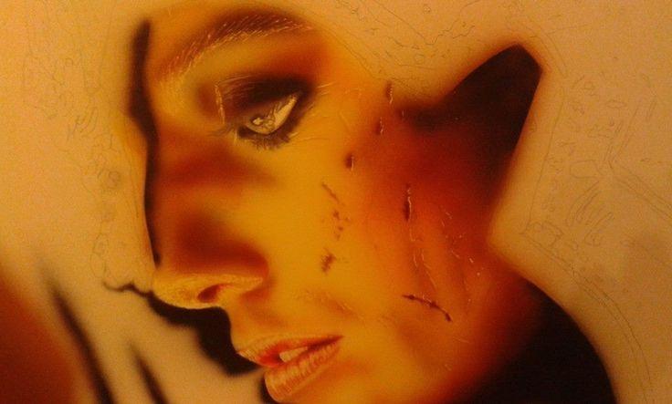 definisco le ferite  il viso e le sopraciglia con taglierino