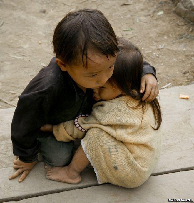 """Credito: Na Son Nguyen O autor, o fotógrafo vietnamita Na Son Nguyen, disse à BBC: """"Tirei essa foto em outubro de 2007 em Can Ty, um vilarejo distante na província de Ha Giang."""" """"Estava passando pelo vilarejo, mas parei com a cena de duas crianças brincando em frente a sua casa enquanto seus pais trabalhavam na lavoura."""""""