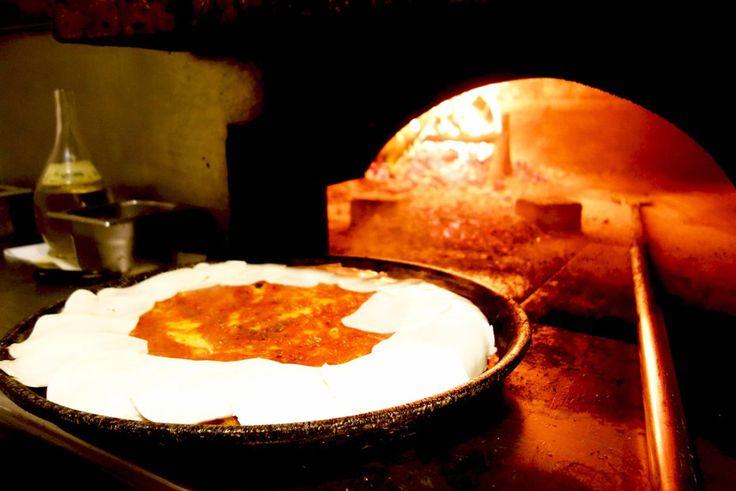 Pizzeria Spontini Milane. Kaip ir Venecija, Milanas taip pat nėra labai žinomas dėl picų. Bet ši nedidelė picerija jau veikia nuo 1953 m. Čia kepama tik vienos rūšies pica - stora, puri margherita. Galima atpjauti vidutinio dydžio arba didelį gabalėlį picos, kurio užteks dviems žmonėms. Taigi jei būsite čia, griebkite gabalėlį šios nuostabios picos ir keliaukite į Don Giussani parką. Via Marghera, 3, 20149 Milano, Italy