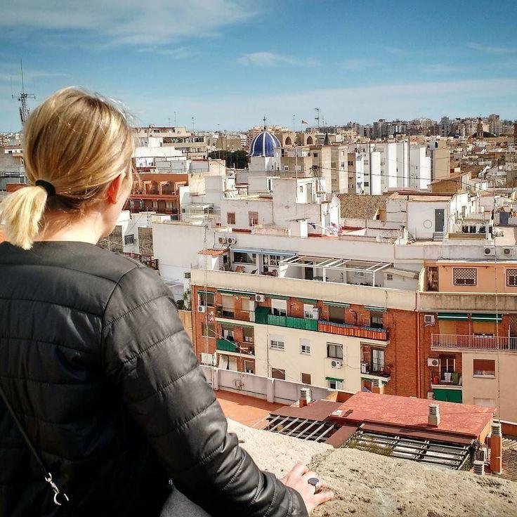 Kun nyt kerran päästiin näihin maisemakuviin niin jatketaan samalla teemalla. Valencia jää usein Madridin ja Barcan varjoon matkailukohteena mutta on todella upea kaupunki rakennusperintöfriikille ja tunnelmassaan aidomman espanjalainen kosmopoliittisempien isoveljiensä rinnalla. Kerroksellisuutta löytyy maurikaudesta keskiajan gotiikkaan art decoon ja harvinaisen onnistuneeseen nykyarkkitehtuuriin. Tässä kuikuillaan kohti vanhaa kaupunkia kaupunginportin vartiotornista käsin. #vaimoviihtyy…