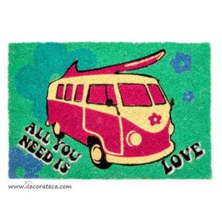 Felpudos originales con una réplica de las famosas furgonetas hippies o Camper Van de Volskwagen, en color rosa, verde y azul, y la frase All you need is love. Felpudos retro, hippies, surfer... WWW.DECORATECA.COM