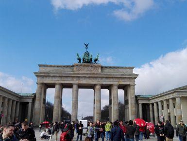 Un weekend lungo a Berlino!  Berlino è stata per me una scoperta: è una capitale europea che mi è piaciuta moltissimo! Io sono appassionata di storia quindi laddove ci siano monumenti, musei o luoghi simbolici che hanno segnato il corso degli eventi ne rimango attratta. E Berlino è piena di storia, in particolar modo quella del secolo scorso, ma la storia viene affiancata dalla modernità a Berlino e questo stacco mi ha colpita!