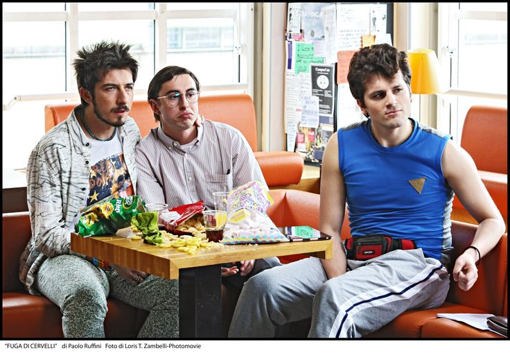 "Una scena di ""Fuga di Cervelli"" in cui Paolo Ruffini indossa una t-shirt Manymal   #fugadicervelli #manymal"