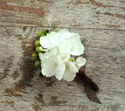 Wow, I didn't think a white hydrangea boutonniere would look so pretty... <3!