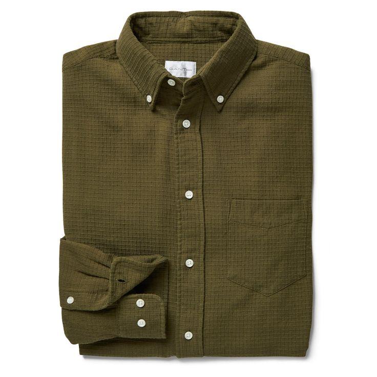 Geruit shirt Dobby van 100% katoen. Uitgevoerd in onze 'Hugger'-pasvorm (slank gesneden en naar beneden toe smaller toelopend), met button-down kraag, één borstzakje en de kenmerkende boxplooi met 'locker'-lusje achterop.