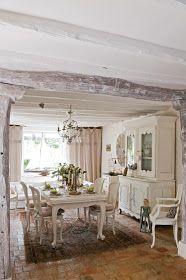 Travi, pareti , mobili , tessuti, tutto rigorosamente Bianco Il pavimento in cotto che fa risaltare al massimo il COLORE predominan...