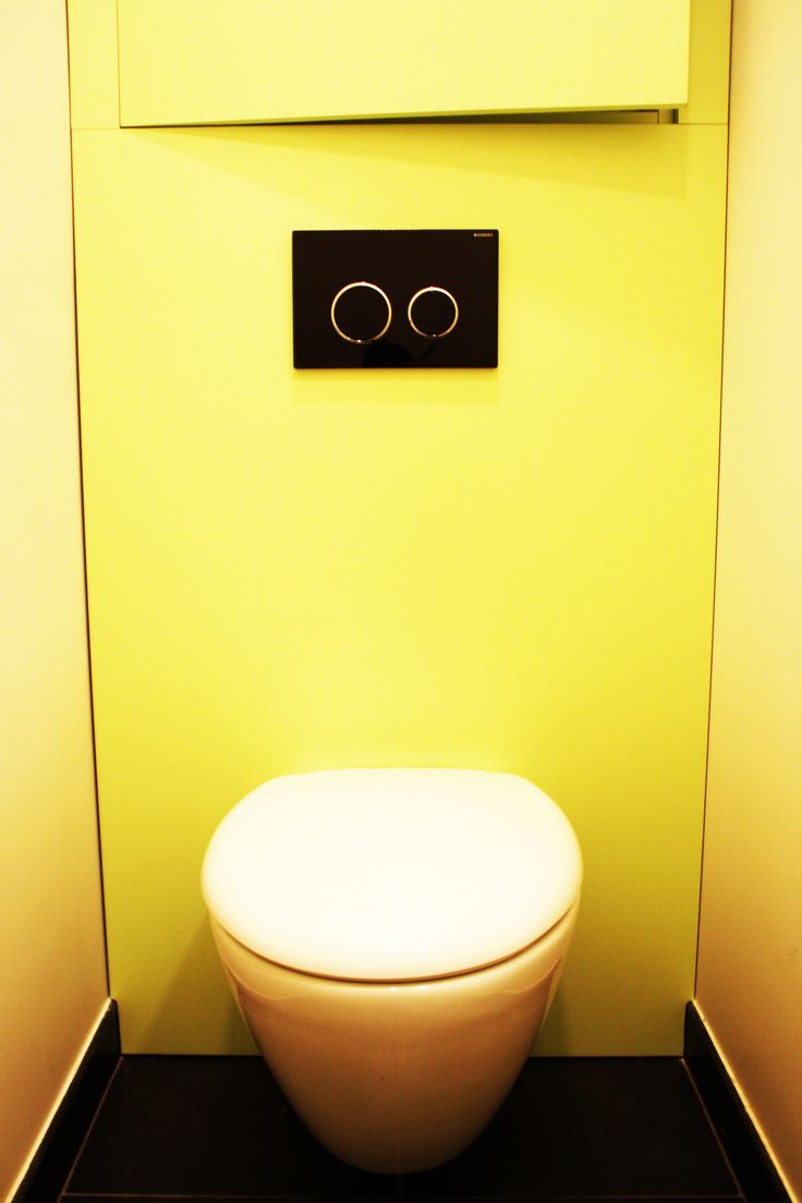 wc suspendu devant caisson vert pomme avec rangement caché sans poignée