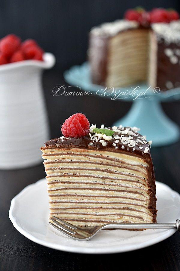 Tort z klasycznych i kakaowych naleśników. Przełożony jest lekkim kremem z serka mascarpone i śmietany. Obłożony czekoladową polewą i udekorowany...