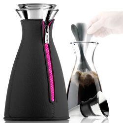 Cafe Solo Termos Siyah Pembe Eva Solo markasına ait renkli neopren ceketinde şık bir kahve termosu. Makine,buhar,basınç ve filtre kağıdına gerek olmadan kahve hazırlama ve sunmanın İskandinav tarzı. RedDot ve Good Design uluslararası en iyi dizayn ödülü. Neopren ceket uzun süreli koruma sağlar. Menteşeli kapak sistemi vardır. Bir kere sıkıştırılıp kapatıldıktan sonra her defasında kendi açılır ve kapanır. · Hem karaf hem de kapağı bulaşık makinesinde yıkanmaya uygundur.