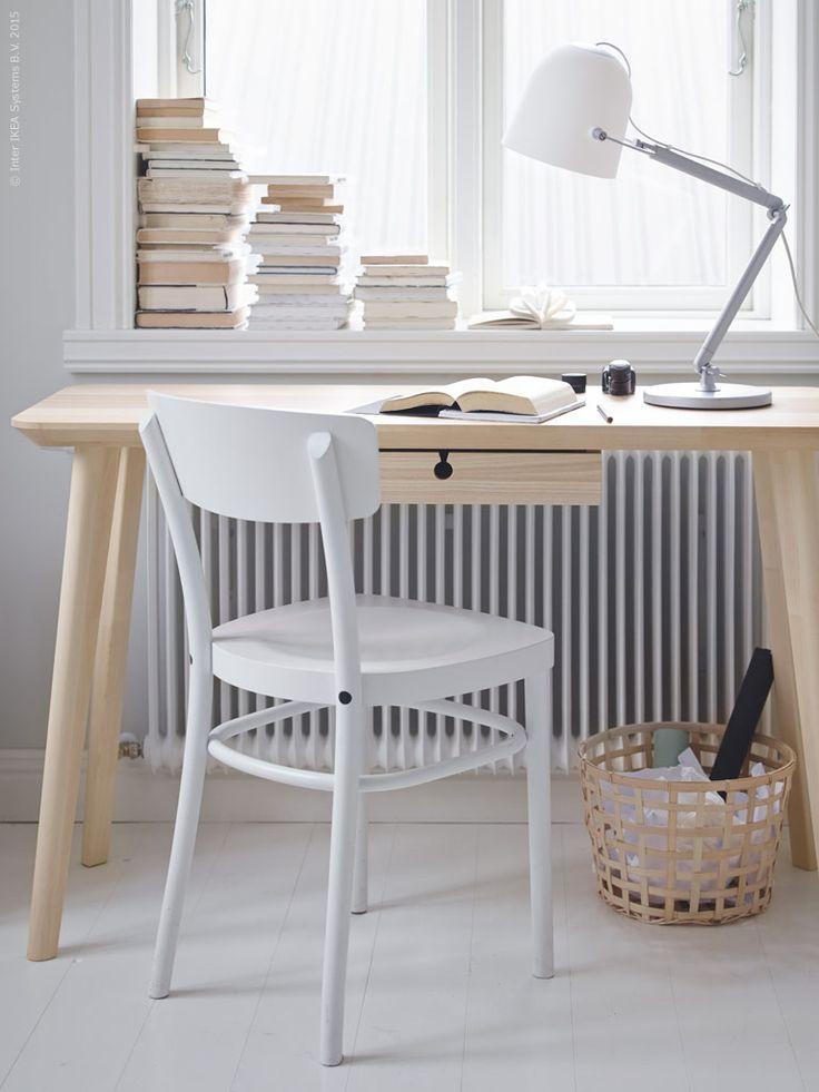 Serien LISABO i skandinavisk stil är modern så väl som tidlös. Vid skrivbordet LISABO finns utrymme för fokus och kreativitet. Den bärbara datorn stuvar vi smidigt undan i den utdragbara skrivbordslådan när den inte används.