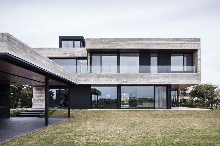 REMY Architects hat im grünen Umland der argentinischen Hauptstadt Buenos Aires das Betonhaus neu konzipiert: Das FSY House