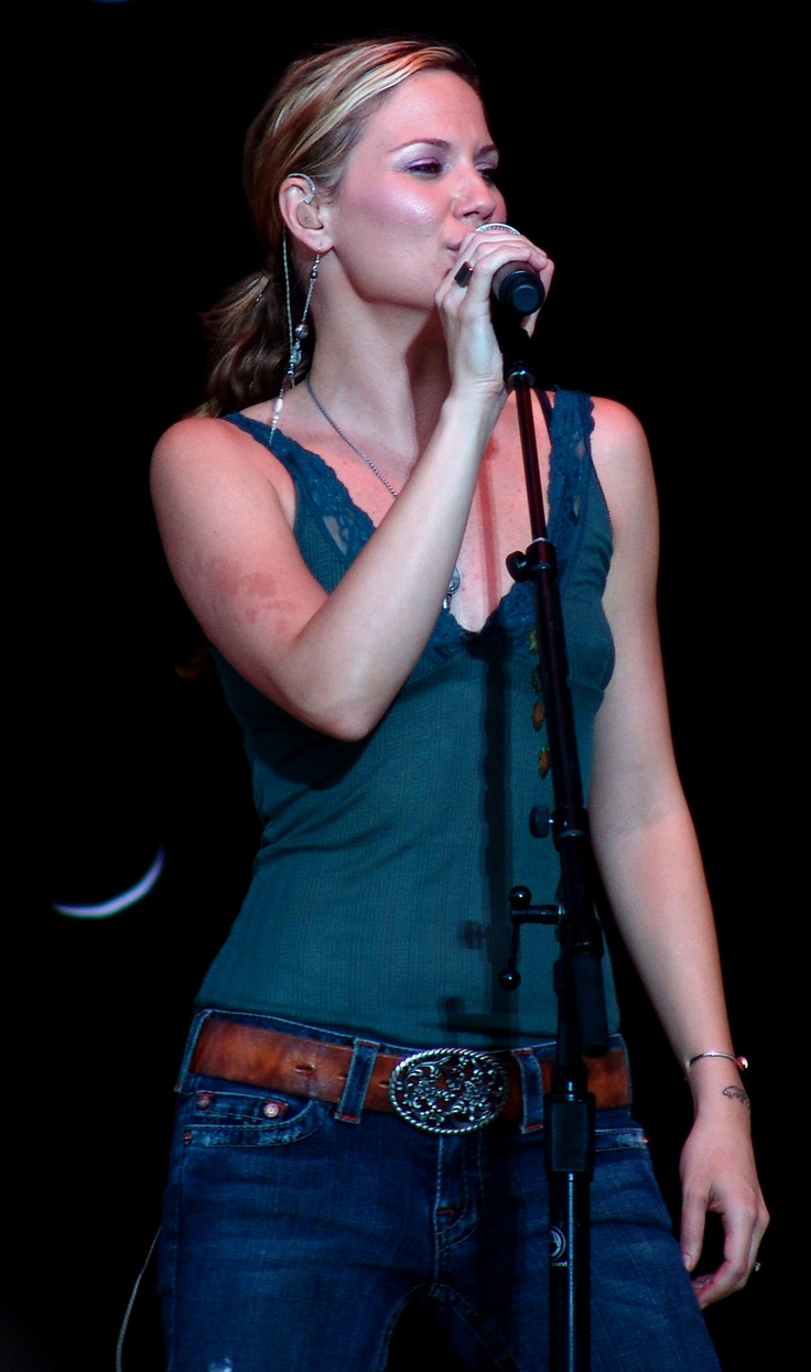 One of my favorite early pics of Jennifer Nettles
