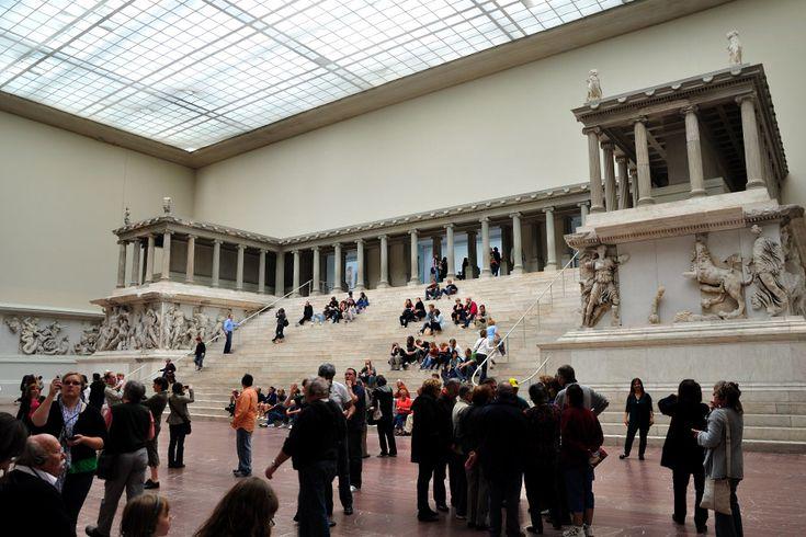 MÚSEO DE PÉRGAMO  La primera de las salas del Museo acoge una edificación impresionante, el  Altar de Pérgamo, construido hace más de 2.000 años para dar las gracias a los dioses por las bendiciones concedidas.   El altar, que da nombre al museo, fue desenterrado en la acrópolis de la ciudad de Pérgamo aunque, por desgracia, gran parte de él, erigido sobre el año 170 a.C. se encontró destruido. El Reino de Pérgamo fue un estado de la antigüedad ( 241 a. C.- 133 a. C. ), ubicado en el oeste…
