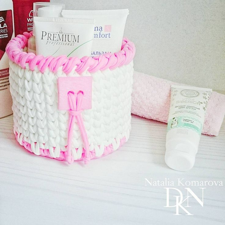 """Crochet basket  Например вот эта корзинка 👆, что на фото - была связана как 🚑 """"дежурная аптечка"""". Я туда помещала лекарства, которые необходимы в данный момент. Затем, я её плавно переместила в прихожую для заколок и всяких штучек 👑 для волос. Сейчас - использую в ванной комнате для кремиков. И вполне возможно, она скоро опять поменяет своё пмж!  В общем, как вы уже поняли -  корзиночки многофункциональны! ______________________________ Корзинка...."""