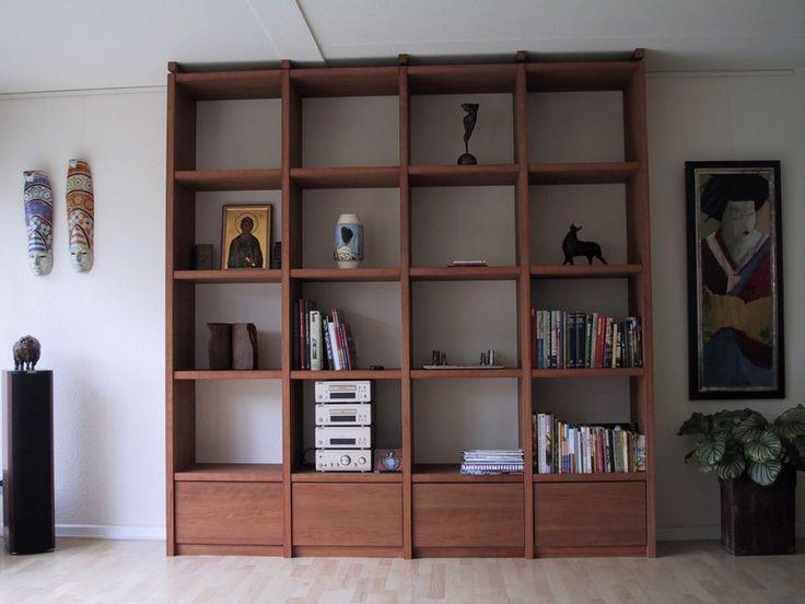 trendy boekenkast met onderste vakken voorzien van laden door middel van slim systeem is het niet with boekenkast wand