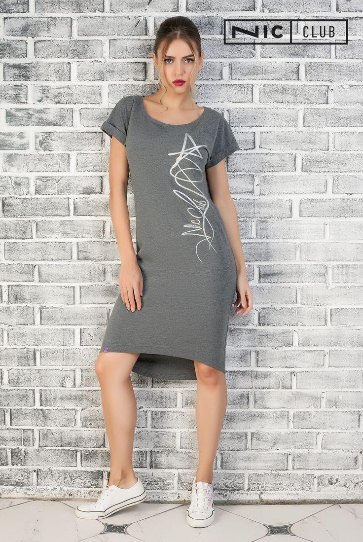 Платье Grafico («Графико») — свободного силуэта, с цельнокроеным коротким рукавом. Платье декорировано серебристым принтом, расположенным по левой стороне полочки. Линия низа асимметрична — сзади платье длиннее, чем спереди. Изделие от Nic Club («Ник Клаб») можно носить дома и на улице, в качестве платья или туники — сочетая ее с леггинсами и джинсами-скинни.