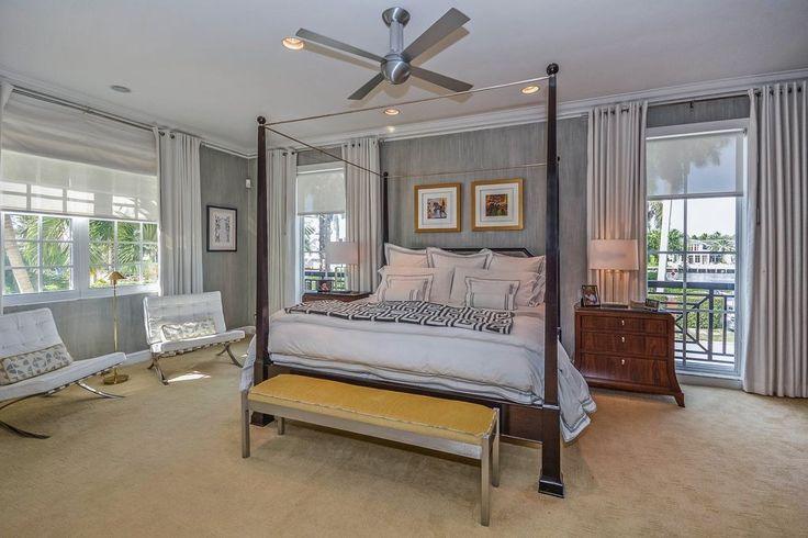 Silbrige Grautöne spielen um den raffinierten und eleganten Look dieses Master-Schlafzimmer.