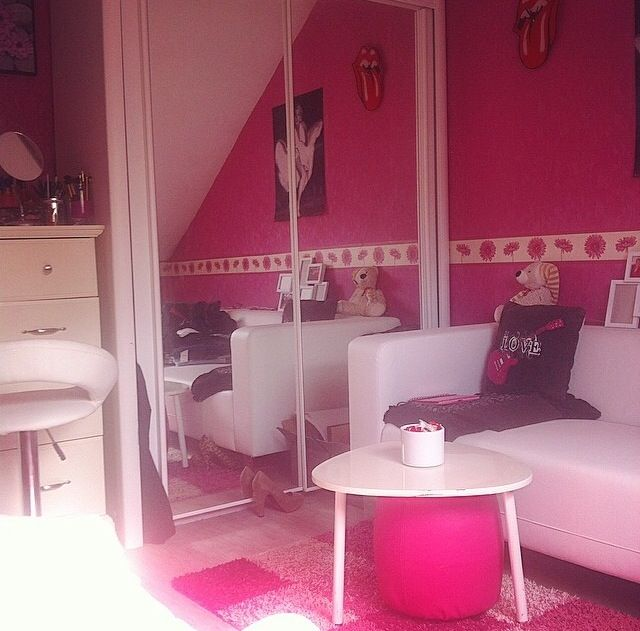 Girly room, white couch, white & pink decoration ...